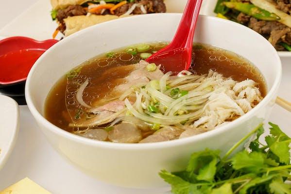 Phở Dặc Biệt (Combination Noodle Soup)